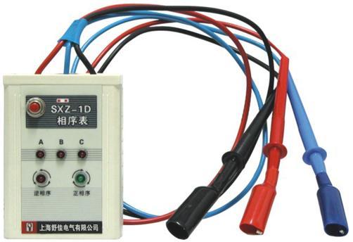 用途:判定三相电的相序及缺相情况 特点: 直接由被测电源供电,无需电池; 用发光二极管指示相序和缺相; 逆相序时蜂鸣器发出报警声; 测量时间不受限制。 主要指标: 输入电压:3×50V—3×500V 绝缘:三相输入线与机壳间:100M/1000V 耐压:三相输入线与机壳间:500V/1min 使用方法: 1 接线: 将相序表三根表笔线A(红,R)、B(兰,S)、C(黑,T)分别对应接到被测源的A(R)、B(S)、C(T)三根线上。 2 测量: 按下仪表左上角的测量按钮,
