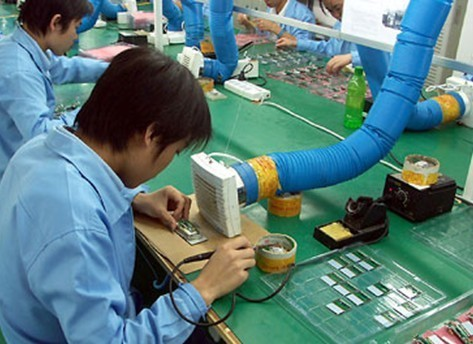 将线圈的两根出线焊接于电路板的相应位置,并依次将磁芯,电路板内置于