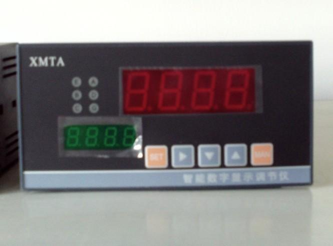 DH-XMTA-9000系列智能数字显示调节仪采用自行研制开发,委托日本集成电路制造商定制生产 的专用集成电路,它汇集目前自动控制系统各类调节仪表的大部分功能,同时还集成了CPU,I/O接 口,EPROM和D/A转换等电路,辅以博采众长,精心编制,反复调试软件系统,使仪表性能独具 个性。 二、特 点 仪表硬件大幅度减少,系统的组成结构相对简单。在用户申请范围内,多种输入信号兼容。 采用了优化设计,工艺显著改善,没有飞线,没有调整电位器,所有的校准和功能可全部通过键 盘由软件完成。 最多可设定四个报警输出